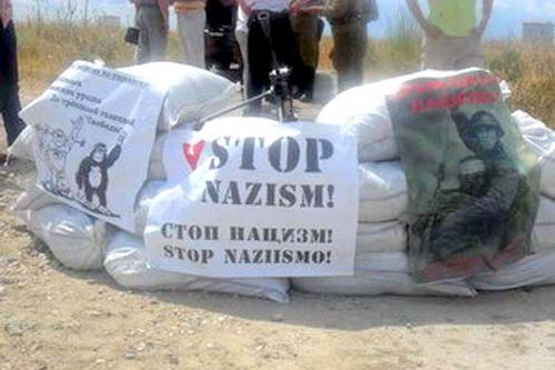 В годовщину начала войны гостей Крыма встретили антифашистским пикетом