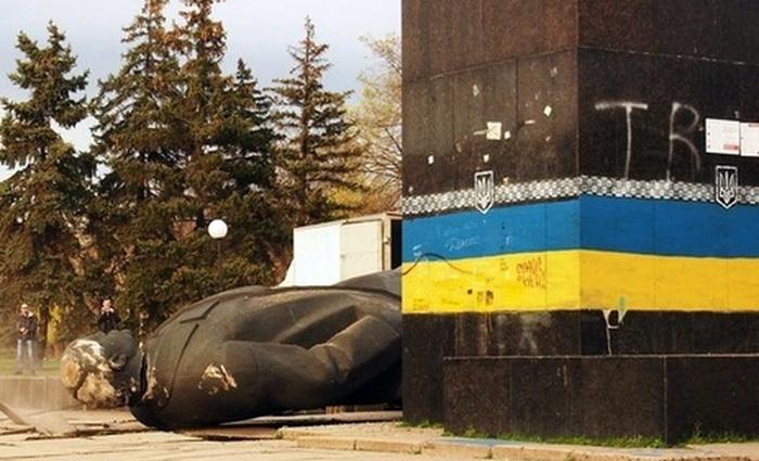 Война с памятником – это однозначно вандализм!