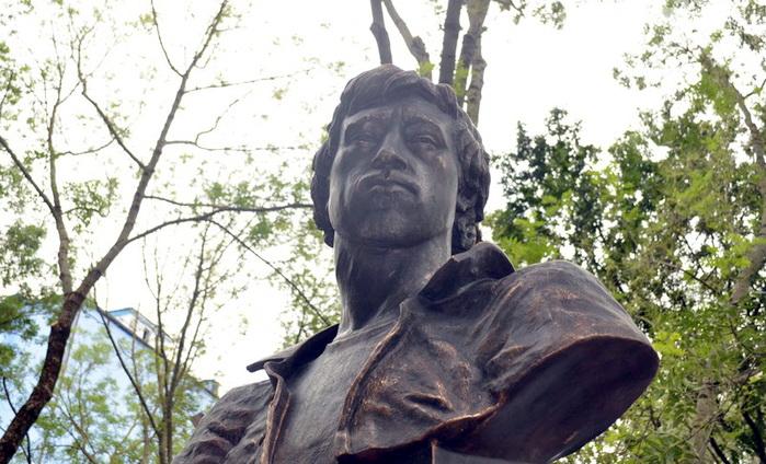 В Симферополе открыли памятник Владимиру Высоцкому