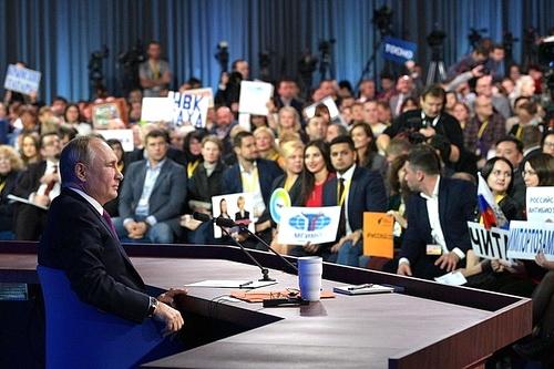 Сергей Аксёнов внимательно следил за пресс-конференцией Президента