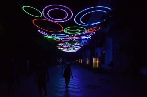 Ещё одну ялтинскую улицу украсила необычная иллюминация