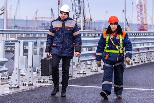 Крымский мост: барьерное ограждение и мачты освещения