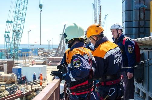 На стройплощадке Крымского моста прошли учения МЧС России