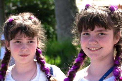 Двойное счастье: по набережной Ялты прошел парад близняшек