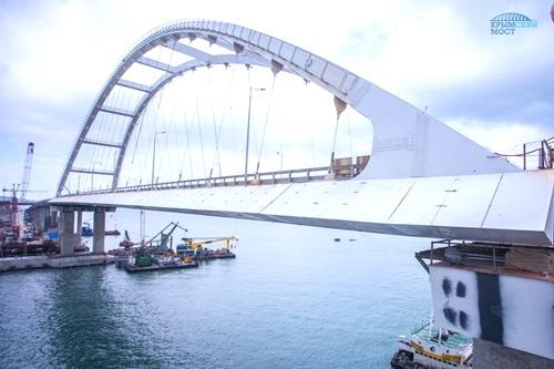Автодорожную арку Крымского моста укрыли от ветра