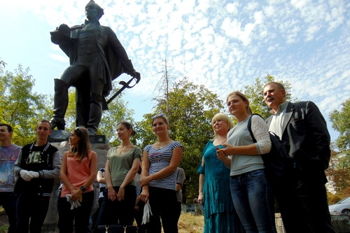 Дошли руки и до памятника Суворову