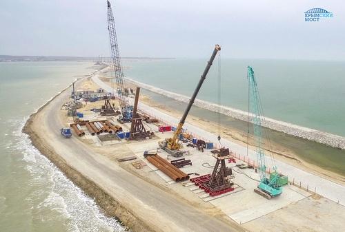 Строители моста начали возведение свайных фундаментов
