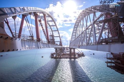 Морская операция по установке арки Крымского моста завершена