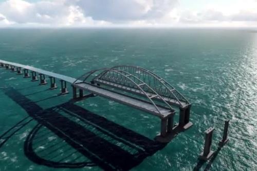 Строители сооружают морские пролеты моста в Крым