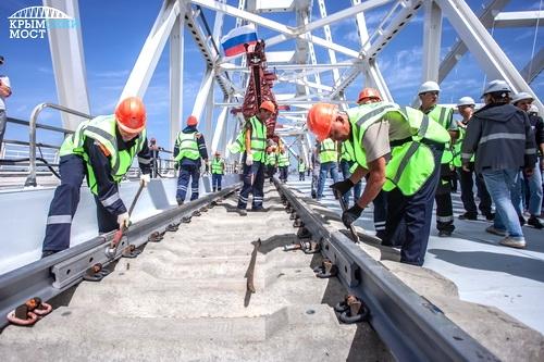 На первом пути Крымского моста сомкнули рельсы