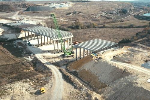 Монтаж балок завершается на мосту у Донского