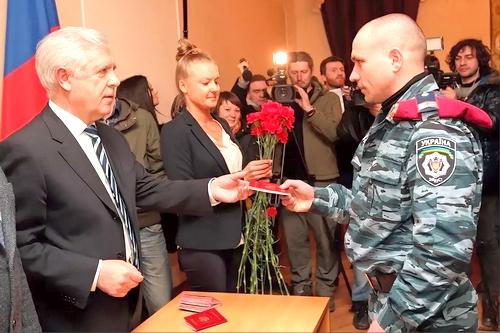Первые российские паспорта — «Беркуту»