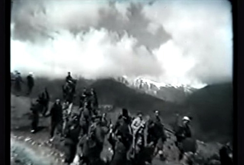 С гор спускались партизаны