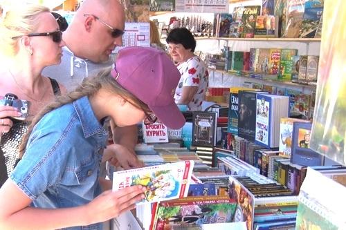 Книжный марафон продолжает свою работу на ялтинской набережной