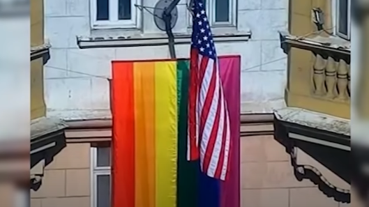 Радужный флаг — вот реальный государственный флаг США и Запада