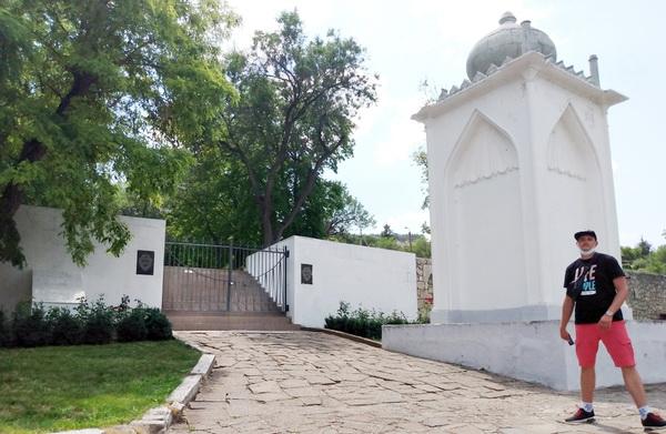 Вход на братское кладбище в Бахчисарае со стороны Ханского дворца. Существующее состояние. Фото Алексея Вакуленко