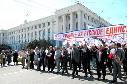 Единство в колонне демонстрантов (ВИДЕО)