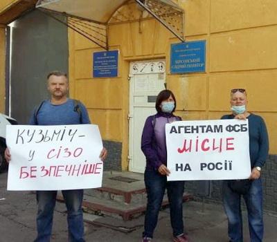 На выходе Татьяну Александровну уже ждали. Запомните эти лица — пригодится…