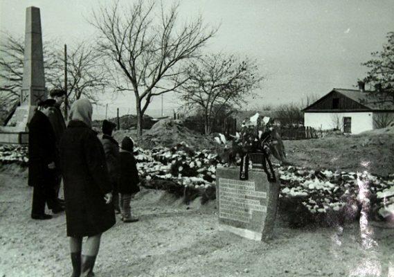 Венки на месте концлагеря — бывшего совхоза «Красный»