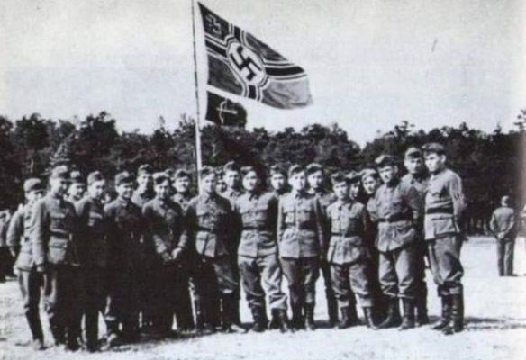 Туркестанский легион. Ниже фашистского флага — его флажок