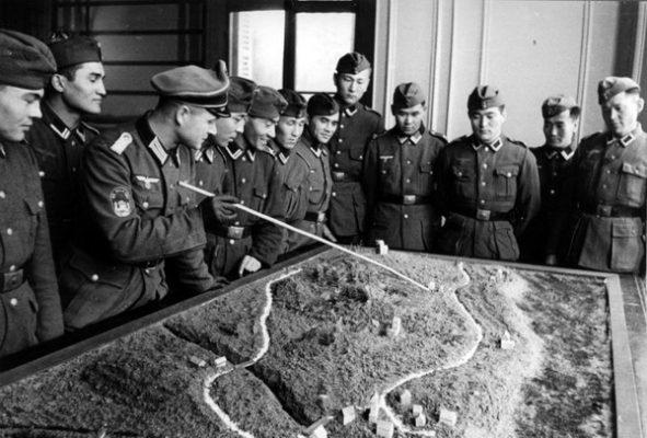 Добровольцы Туркестанского легиона на занятии. Кто-то еще сомневается, что этих легионеров учили действующие офицеры гитлеровской армии?