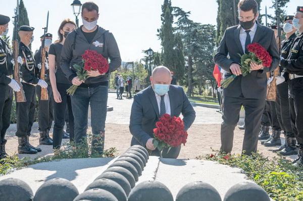 Цветы на могилу Корнилова