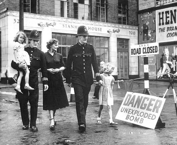 Послевоенный Лондон. Там всё ещё находят неразорвавшиеся бомбы