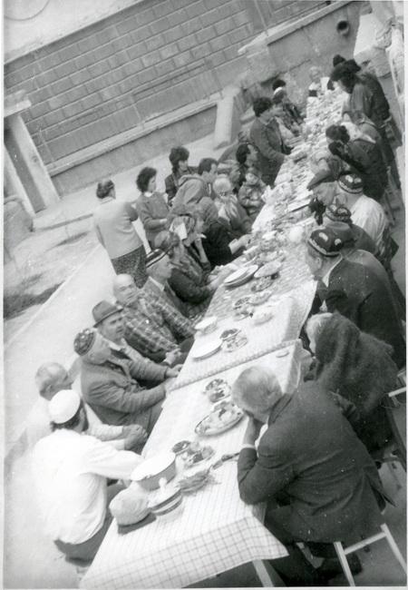 9 мая 1994 года, Севастополь . Жители «татарского» дома №4 по ул. Александра Маринеско празднуют День Победы. Действо только начинается, за столом – полный интернационал. Старшие, как положено, сидят, общаются. Молодёжь суетится вокруг, накрывая «полянку». Таким образом отмечали День Победы и во все последующие годы, пока были живы запечатлённые на этом фото ветераны. Любительская фотография