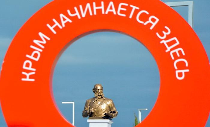 Аэропорт Симферополь установил памятник Айвазовскому
