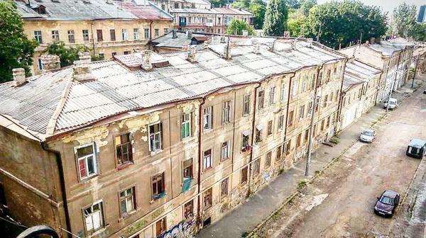 Увы, одесские кварталы так выглядят сегодня. В этих домах живут счастливые люди