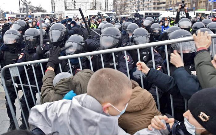 Кто лезет в драку за Навального?