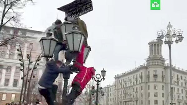 Отечественные «онижедети» готовы с остервенением толпой избивать человека с другой точкой зрения – это не «прекрасная Россия будущего», о которой любит говорить Алексей Навальный, это неприглядная и отталкивающая Украина настоящего