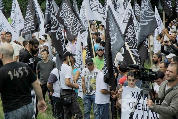 Толпа «хизбов» в Симферополе (архив 2013 года)