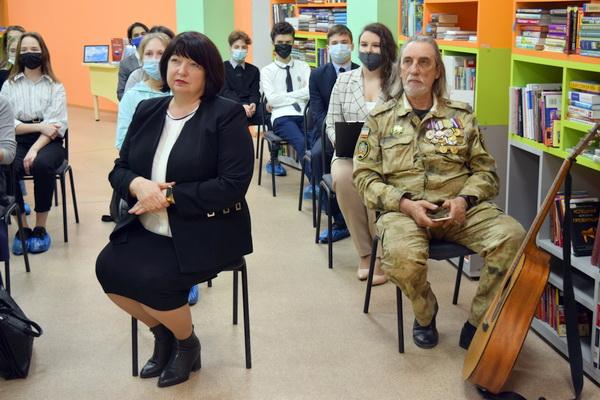 Директор КРБДМ Анна Подшивалова и бард Владимир Грачев