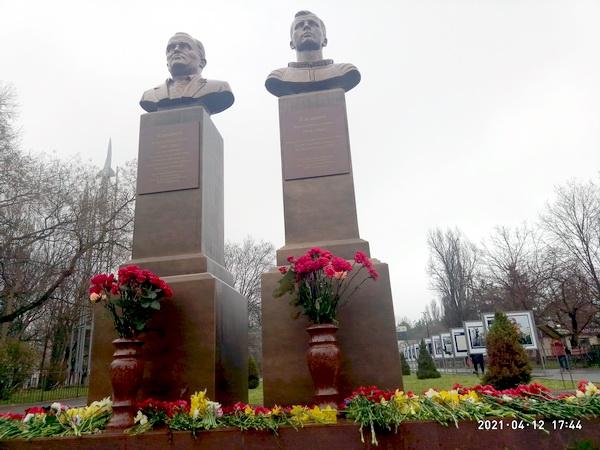 Памятник С.Королеву и Ю.Гагарину в Симферополе