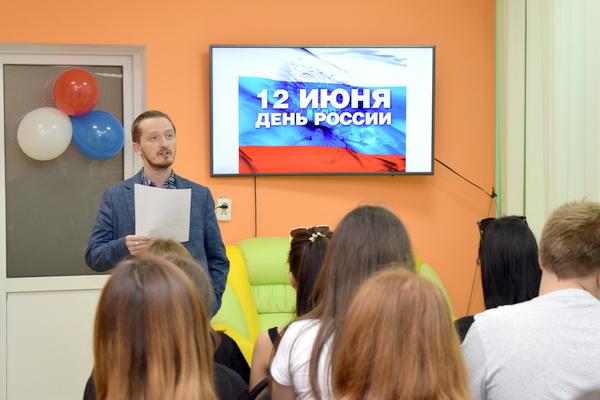 Крымский поэт Александр Кротко читает авторские стихи