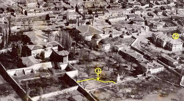 Фрагмент фотографии Ханского дворца, выполненной с самолета немецким летчиком 7 июля 1942 года. Литер 1 — немецкое военное кладбище на территории Главного двора Ханского дворца. Литер 2 — здание детского сада по ул. Почтовая, 10, в котором с октября 1941 года был расквартирован Бахчисарайский истребительный батальон. Из этого здания 1 ноября 1941 года был выведен в горы на борьбу с оккупантами Бахчисарайский партизанский отряд. Взорвано румынскими оккупантами в 1944 году при отступлении