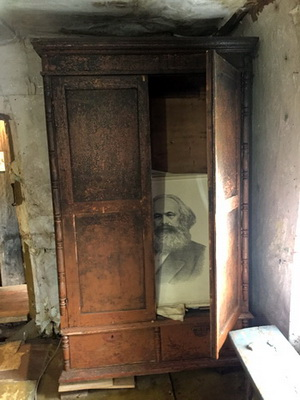 Из шкафа подозрительно смотрит Маркс
