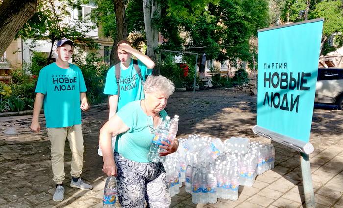 Волонтеры партии «Новые люди» помогают крымчанам пережить последствия наводнения