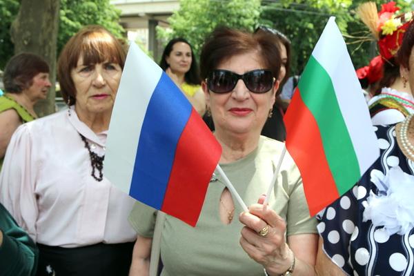 Елена Стоева, посыпающая гостей праздника лепестками роз. Это болгарское пожелание здоровья и благополучия