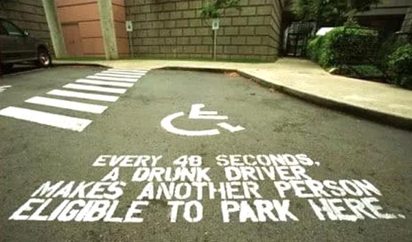 «Каждые 40 секунд пьяный водитель вынуждает другого человека парковаться здесь, на месте парковки инвалидной коляски», гласит социальная реклама в американском городке