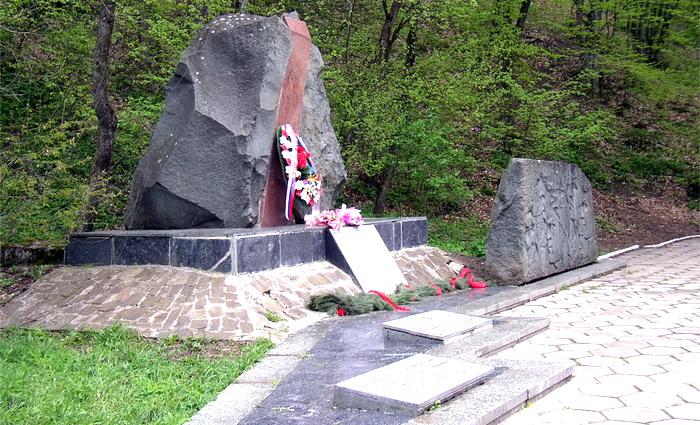 Активисты партии «Новые люди» обратятся в суд, чтобы вернуть доску с именами героев на мемориал «Партизанская шапка»