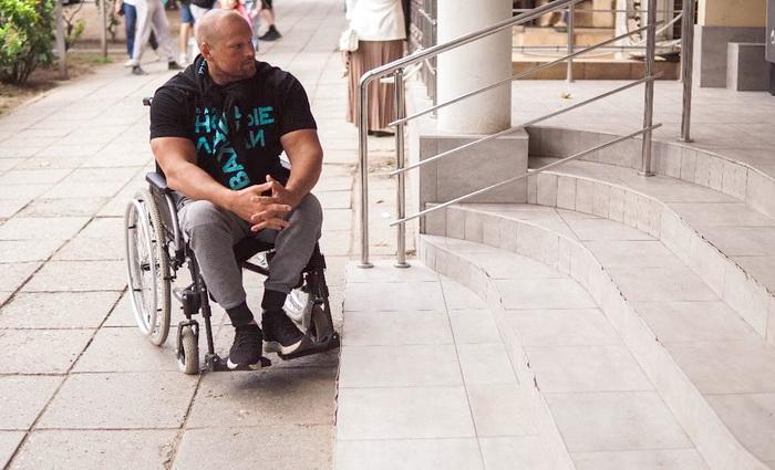 Спортсмен-инвалид Сергей Карнаухов и «Новые люди» проверили доступность среды городов Крыма